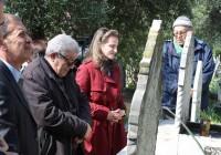 Recueillement sur les tombes d'Ali HAMMOUTENE et Mouloud FERAOUN.